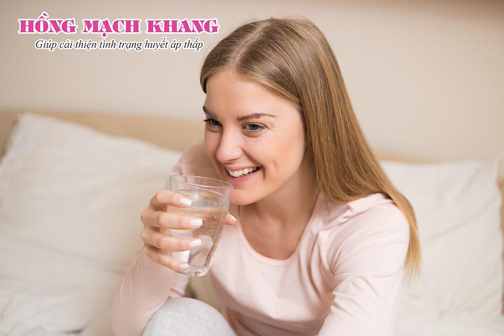 Người bệnh huyết áp thấp nên uống nhiều nước